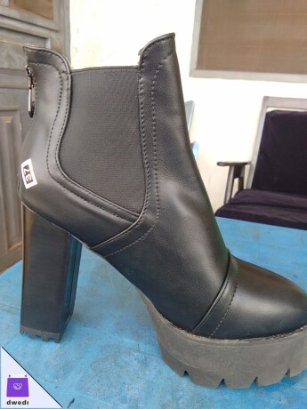 QUALITY FASHIONABLE FEMALE LEATHER BOOTS
